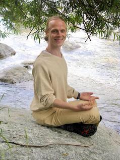 Vishwanath leitet Yoga Kurse, Krankenkassenkurse, Yoga Workshops, Mantrasingen, Meditation und gibt Ayurveda Massagen und Ayurveda Beratung im Raum des Herzens